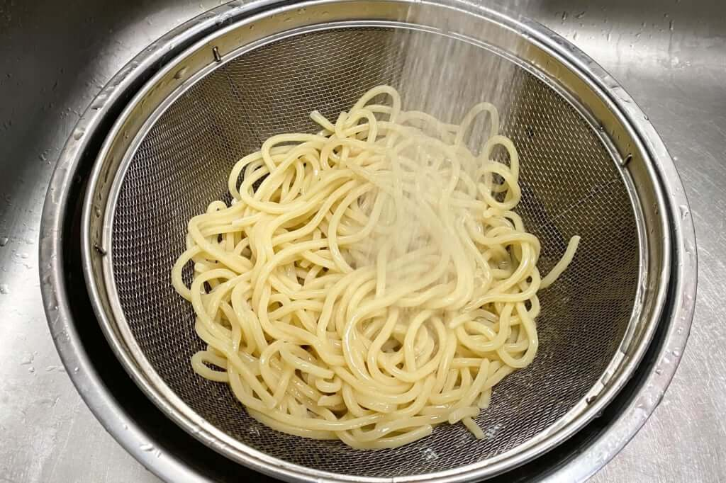 麺を水で締める_つけ麺専門店三田製麺所_灼熱つけ麺_2020-11-17