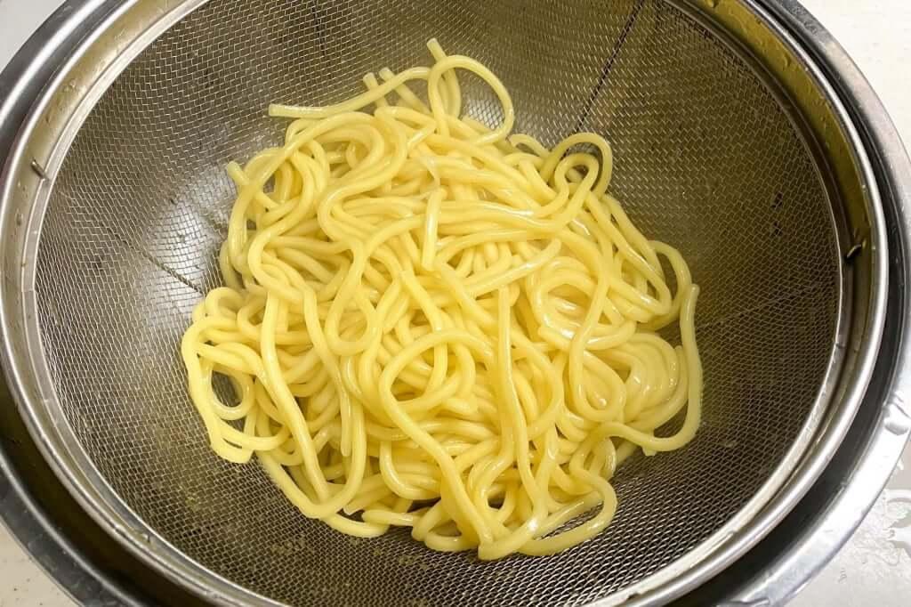 麺をざるにあげる_味噌麺処_花道_味噌ラーメン_2020-11-14