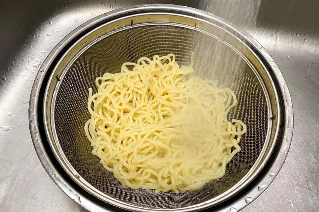麺を水で締める_麺処_井の庄_辛辛魚つけめん_2020-11-24