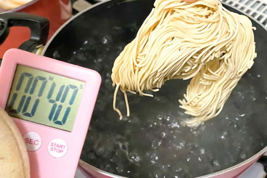 麺を茹でる_博多だるま_ラーメン_替玉つき_2021-01-18