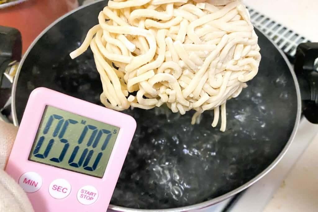 麺を茹でる_超ごってり麺ごっつ_ごってりみそラーメン_2021-01-10