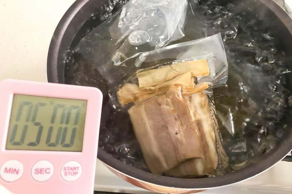 具材を湯煎する_会津らぁ麺_うえんで_塩らぁ麺_2021-01-10