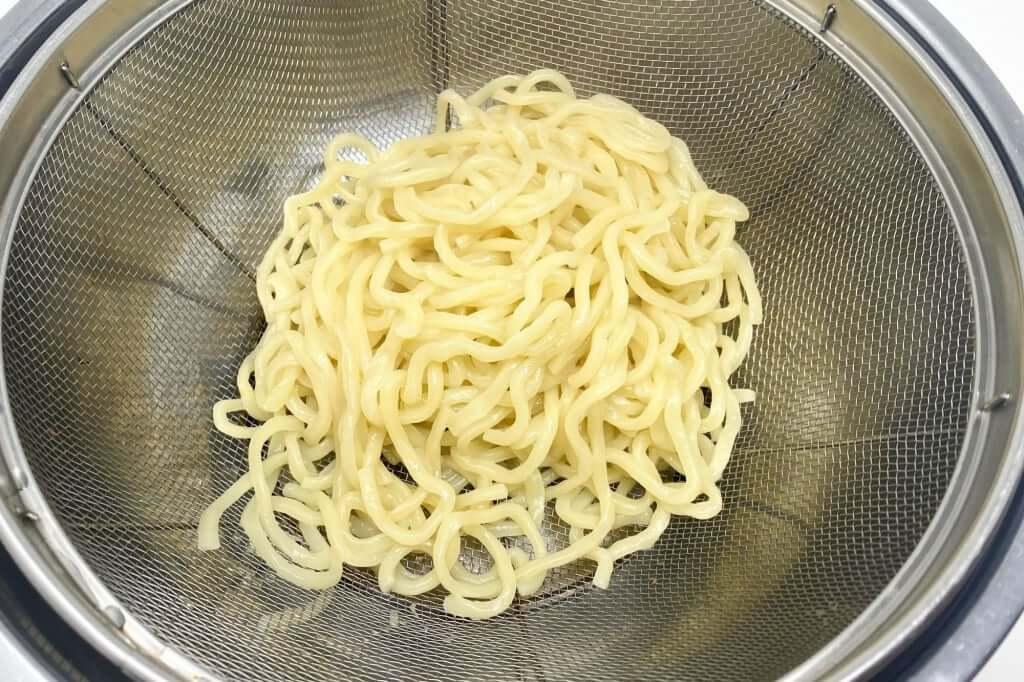 麺をざるにあげる_超ごってり麺ごっつ_ごってりみそラーメン_2021-01-10