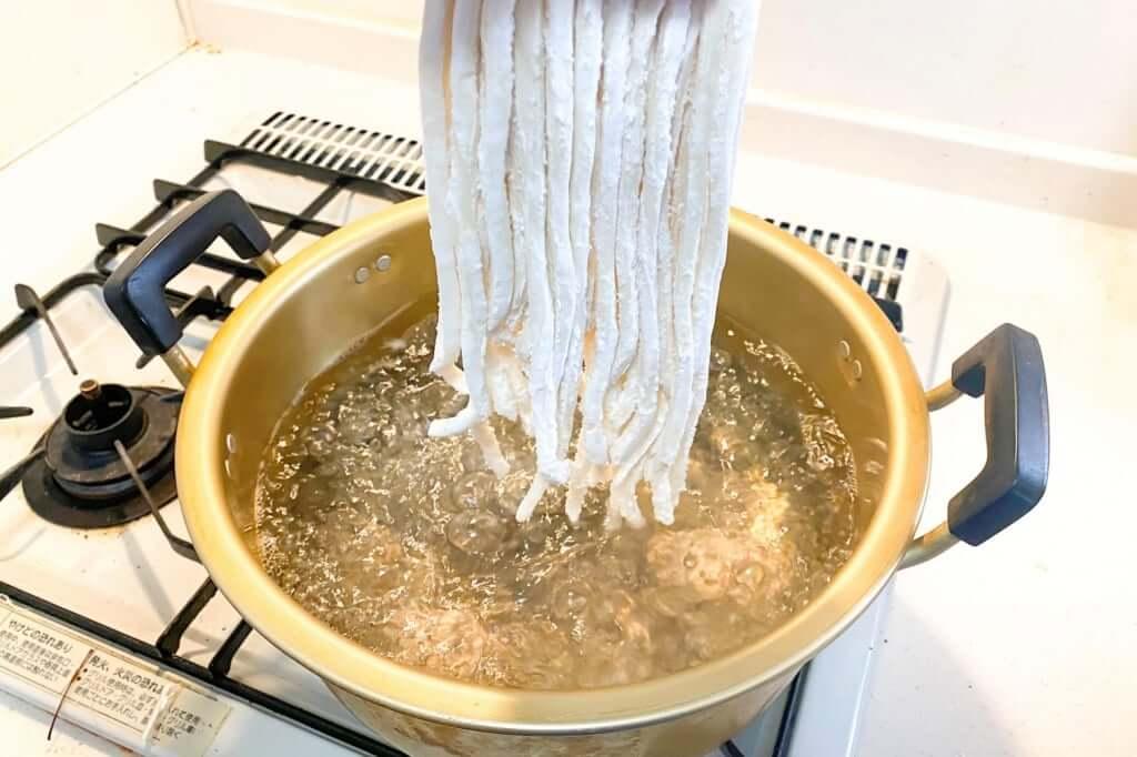 生麺を茹でる_麺紡の通販うどん_2021-03-29