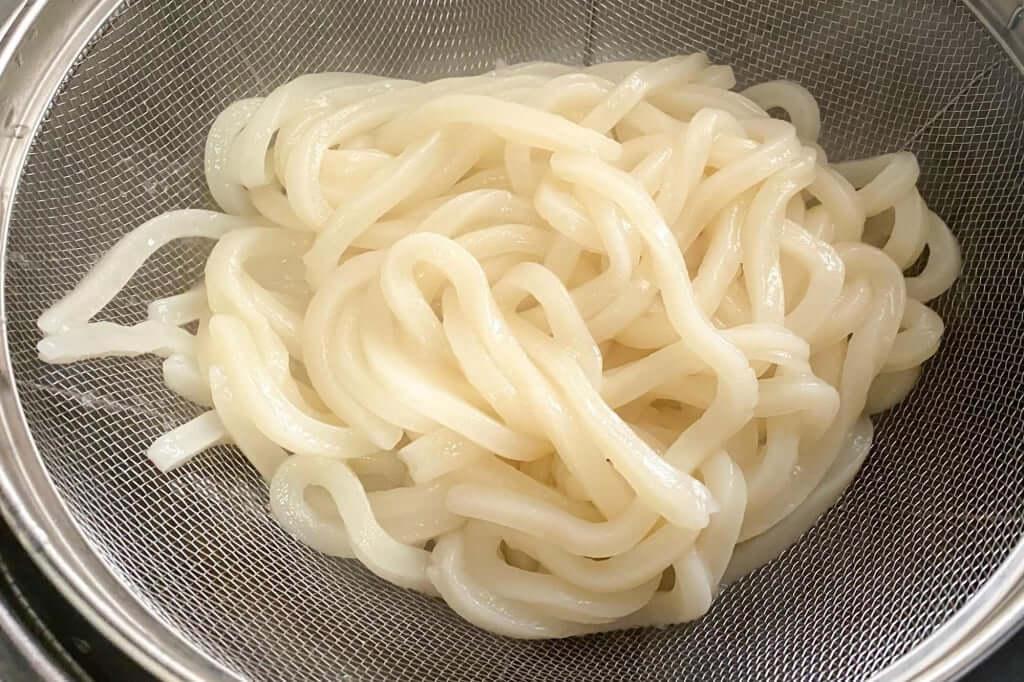 麺をざるにあげる_麺紡の通販うどん_2021-03-29