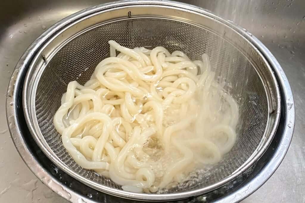 麺を水で締める_麺紡の通販うどん_2021-03-29
