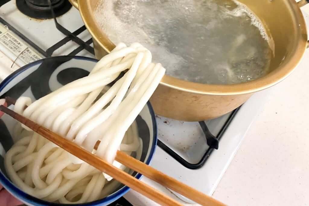 麺を丼に取る_麺紡の通販うどん_2021-03-29